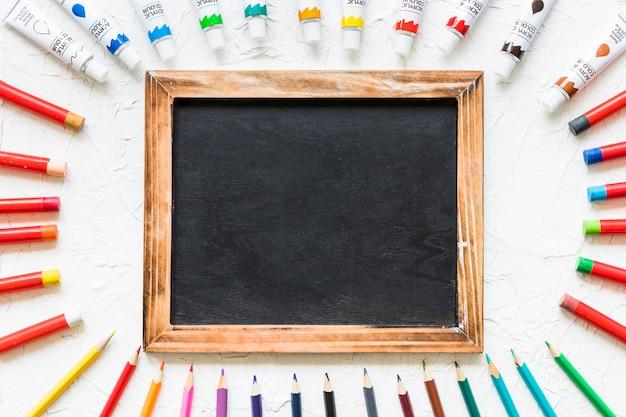 Blackboard omringd door schildermateriaal