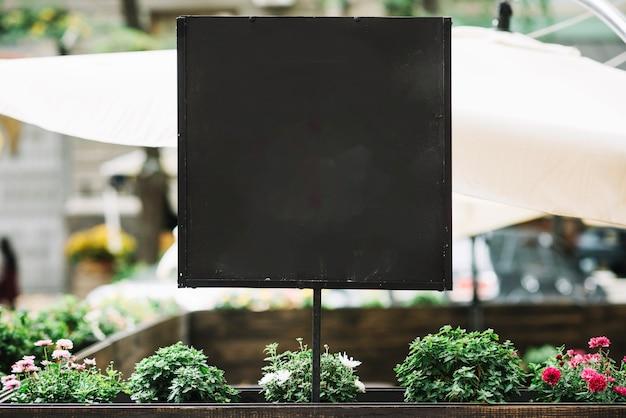Blackboard op bloembed