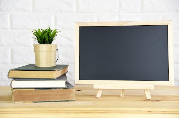 Blackboard op het bureau op kantoor aan huis
