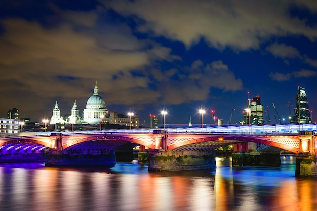 Blackfriars-brug bij nacht