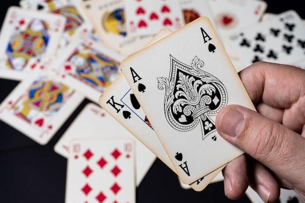 Blackjack-spel, winnende hand. achtergrond met kaarten die op de tafel liggen