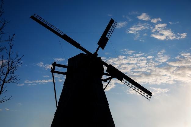 Bladen van een oude houten windmolen. zwart silhouet.
