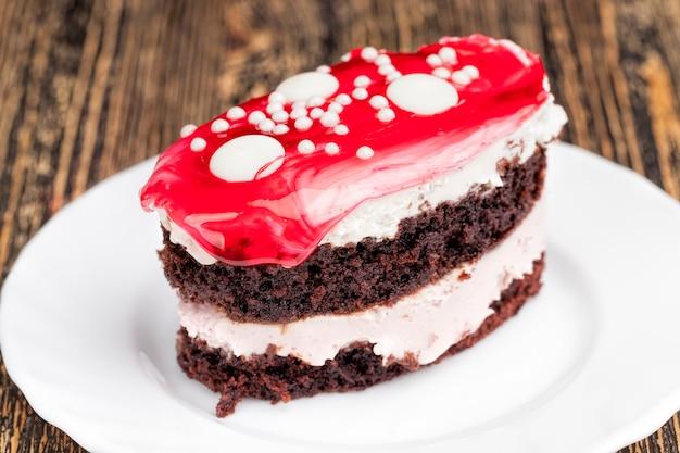 Bladerdeeg gemaakt van biscuitgebak en botercrème, cake met kersensmaak omhuld met kersenjam chocoladetaart met botercrème