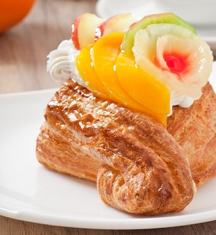 Bladerdeeg met fruit en slagroom