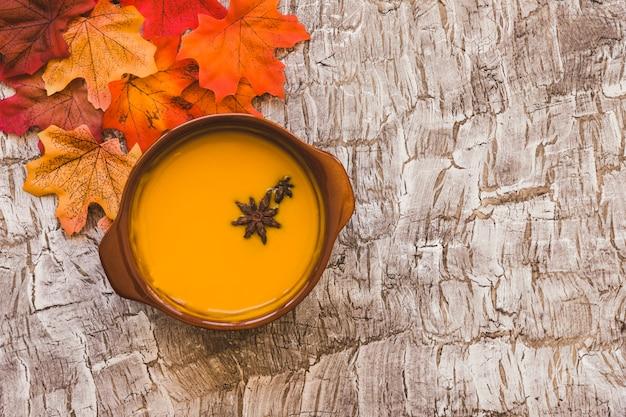 Bladeren die dichtbij soep liggen