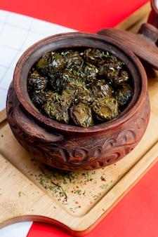 Bladeren dolma geserveerd in klei pot