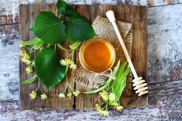 Bladeren en bloemen van linde. linden honing.