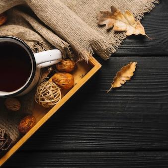 Bladeren en doek dichtbij dienblad met drank