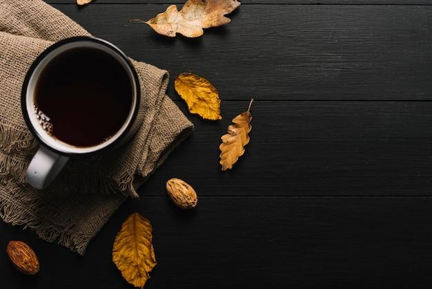 Bladeren en korrels dichtbij doek en drank