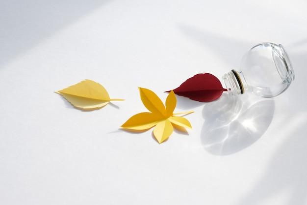 Bladeren van papier vallen rood, oranje, geel blad vallen.