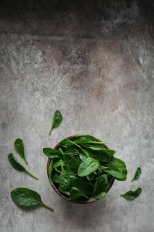 Bladeren van verse babyspinazie in een kom. donker biologisch groen blad. gezond veganistisch voedsel lifestyle concept