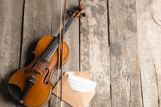 Bladmuziek en viool op houten tafel