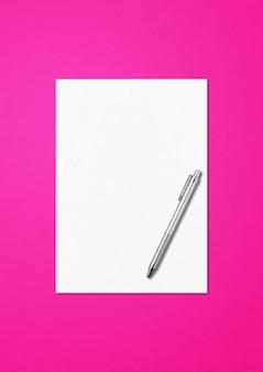 Blanco a4-vel papier en pen mockup sjabloon geïsoleerd op roze achtergrond