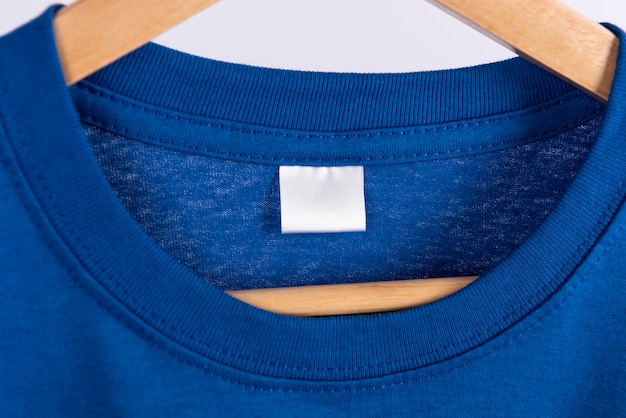 Blanco blauw t-shirt en blanco label tag voor reclame.