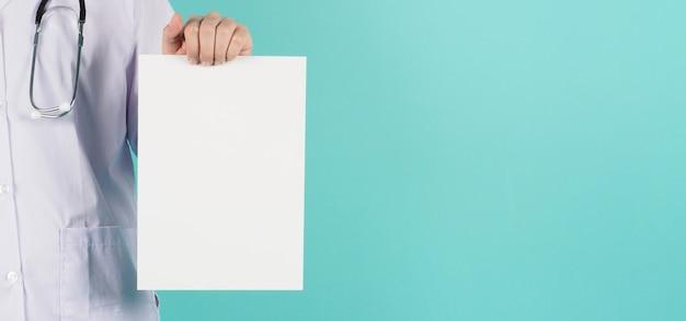 Blanco bord witte kleur in de hand van de arts op mint of tiffany blue achtergrond.
