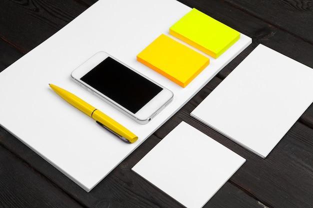 Blanco briefpapier ingesteld op houtpapier, visitekaartjes, boekjes, vellen, enz