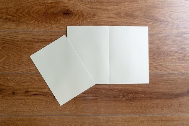 Blanco cataloguscatalogusboek mock-up op identiteitsmagazines van houtmerken