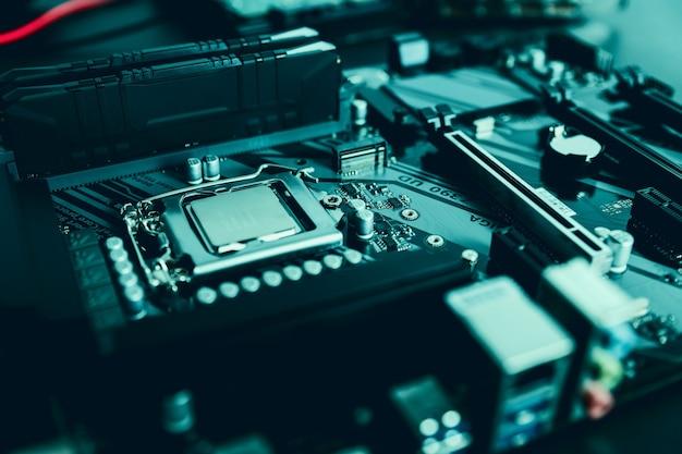 Blanco cpu-deksel bovenkant, socket deksel kijkhoek processor geplaatst en vergrendeld in de socket op een gloednieuwe moderne high-end gaming productiviteit moederbord macro pc componenten assemblage proces concept close-up