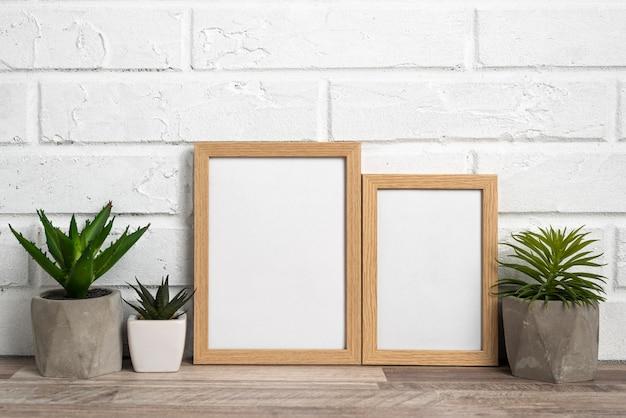 Blanco frames naast bloempotten