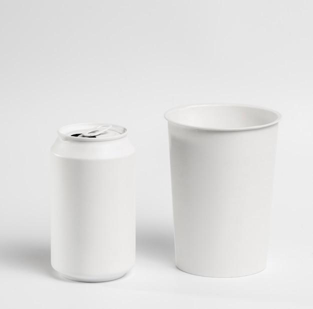 Blanco frisdrankblikje en bekerpakket met hoge hoek