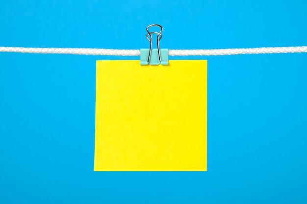 Blanco geel papier notitie op het touwtje