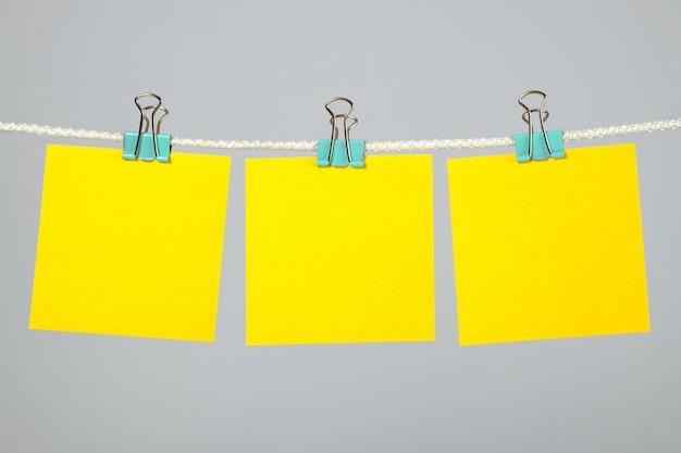 Blanco geel papier notities opknoping op waslijn