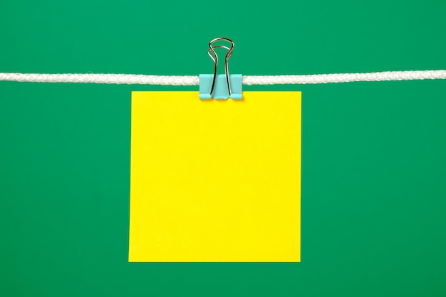 Blanco geel vel papier op het touwtje