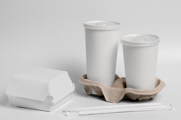 Blanco hamburger- en drankenpakket met hoge hoek