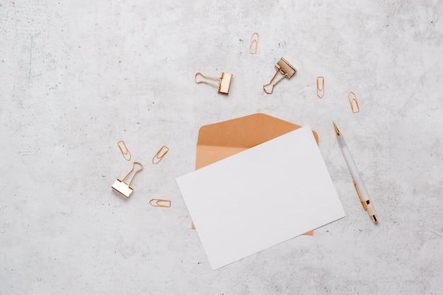 Blanco kaart met gouden briefpapier