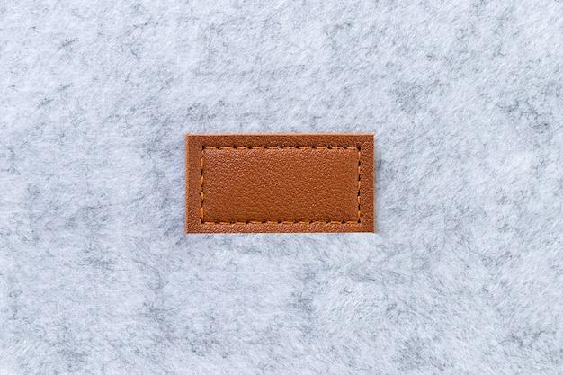 Blanco label gemaakt van bruin echt leer