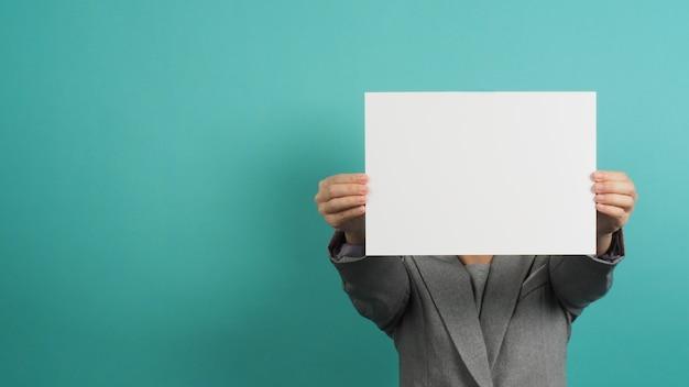 Blanco leeg papier in de hand van de vrouw en pak op mint of tiffany blue background.asian mensenian