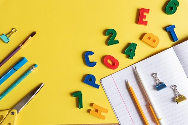 Blanco notebook, briefpapier en kleurrijke plastic nummers