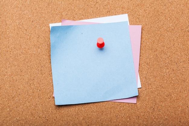 Blanco notitie papier op een kurk boord