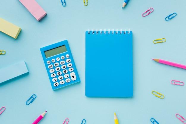 Blanco notitieblok en rekenmachine bovenaanzicht