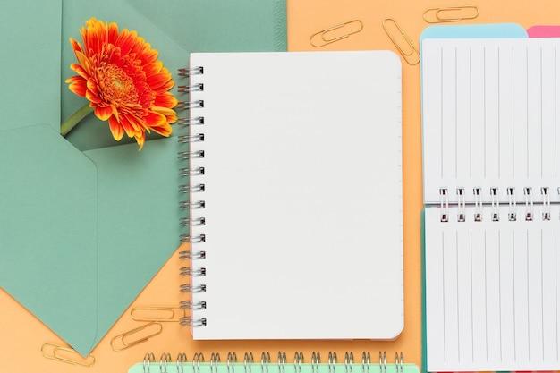 Blanco notitieblok voor de tekst met verschillende kantoorobjecten