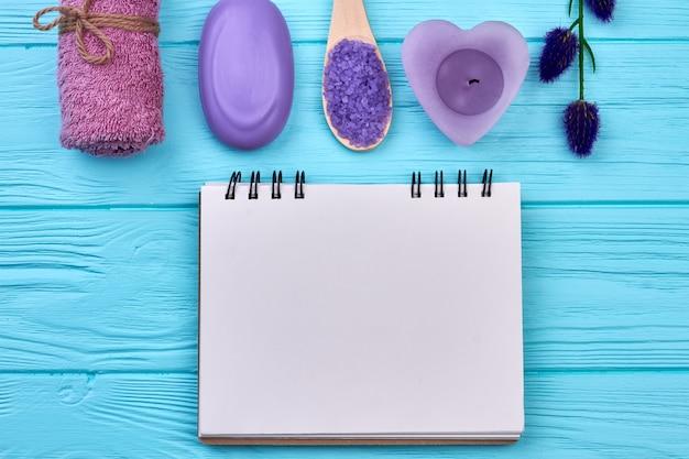 Blanco notitieblok voor kopieerruimte met batrroom spa-accessoires. bovenaanzicht plat lag.