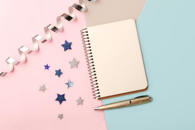 Blanco notitieboekje op trendy achtergrond. roze, blauwe en grijze tinten. kopieer ruimte voor tekst of ontwerp.