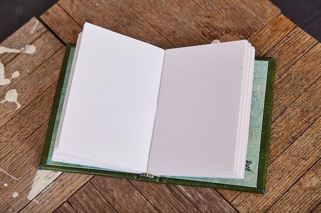 Blanco open schetsboek op oud hout