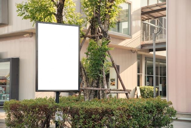 Blanco openlucht wit bord bij een stoep restaurants reclame.