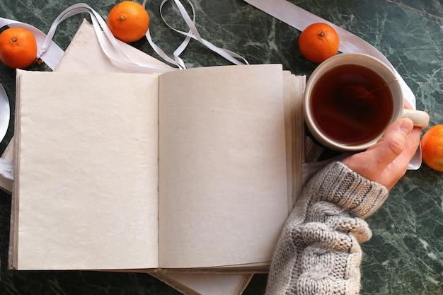 Blanco pagina's geopend vintage boek op groen marmeren aanrecht
