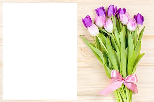 Blanco papier en tulpen, ruimte voor tekst