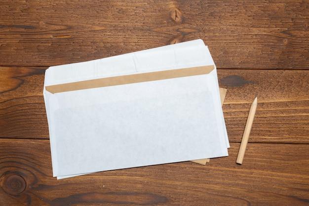 Blanco papier, envelop op houten tafel