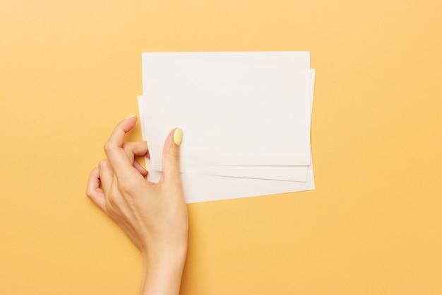 Blanco papier houdt in vrouwelijke hand