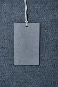 Blanco papier label op blauw linnen kleding tafel