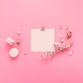 Blanco papier met bitterkoekjes en bloemtakken