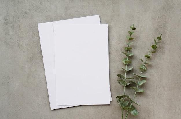 Blanco papier met bladeren
