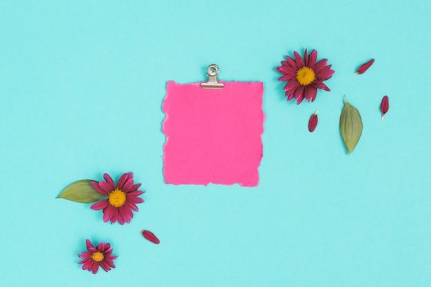 Blanco papier met bloemen op tafel