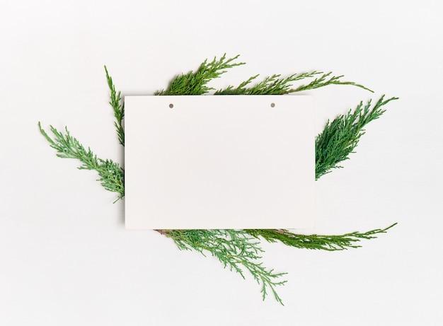 Blanco papier met decoraties op witte achtergrond