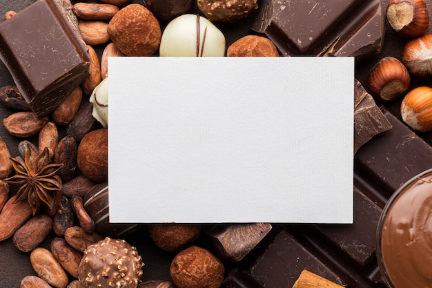 Blanco papier met heerlijke chocolade