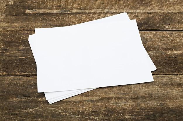 Blanco papier met kopie ruimte op verweerde houten tafel